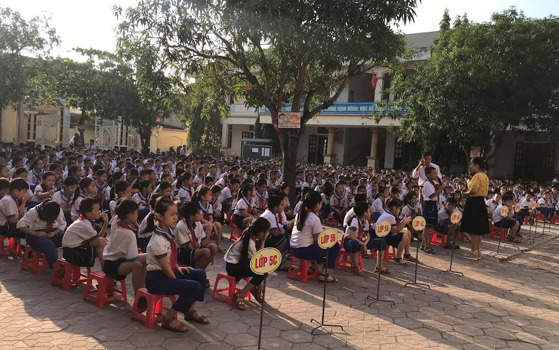 Các em học sinh giao lưu 2 chiều tại buổi truyền thông