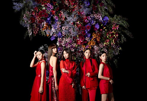 """Imagem promocional do álbum """"F"""" (outro corte)."""