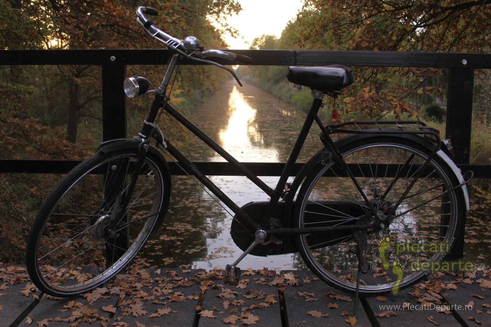 bicicleta pe un pod peste un canal langa Eindhoven, Olanda