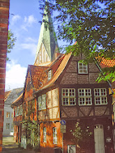 Photo: Renaissance-Idylle (Haus aus dem 16. Jahrhundert vor dem gotischen Kirchturm St. Johannis).