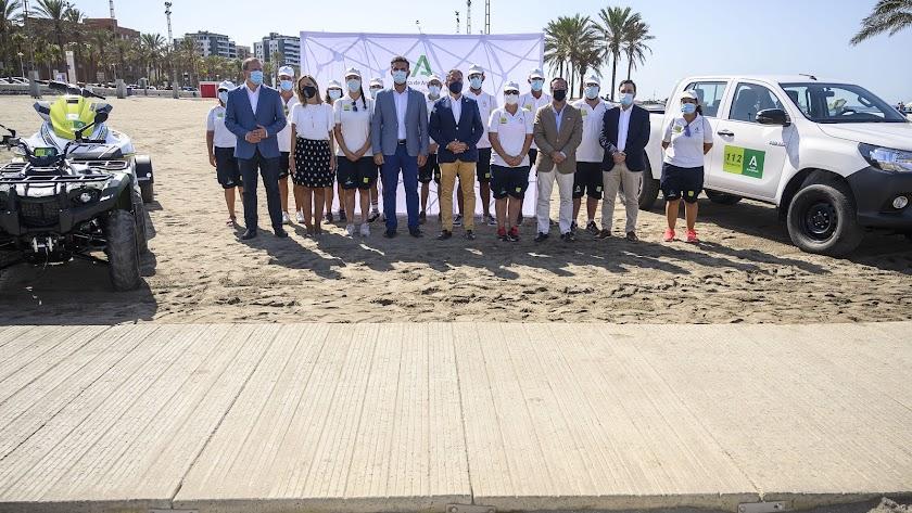 El consejero Elías Bendodo y el alcalde, en un acto con auxiliares de playa en Almería.