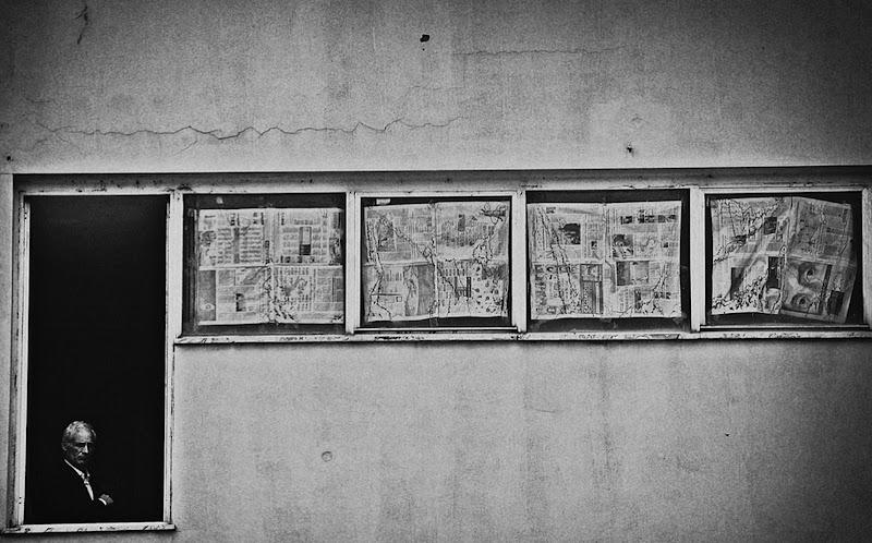 Contemplare attraverso cornici giornalistiche. di Francesco Abate