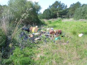 Photo: Sa Roca (es Mercadal). Restes de materials abandonats en una tanca al costat de la carretera