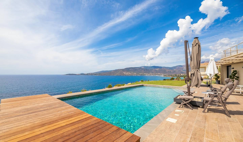 Villa avec piscine en bord de mer Sagone
