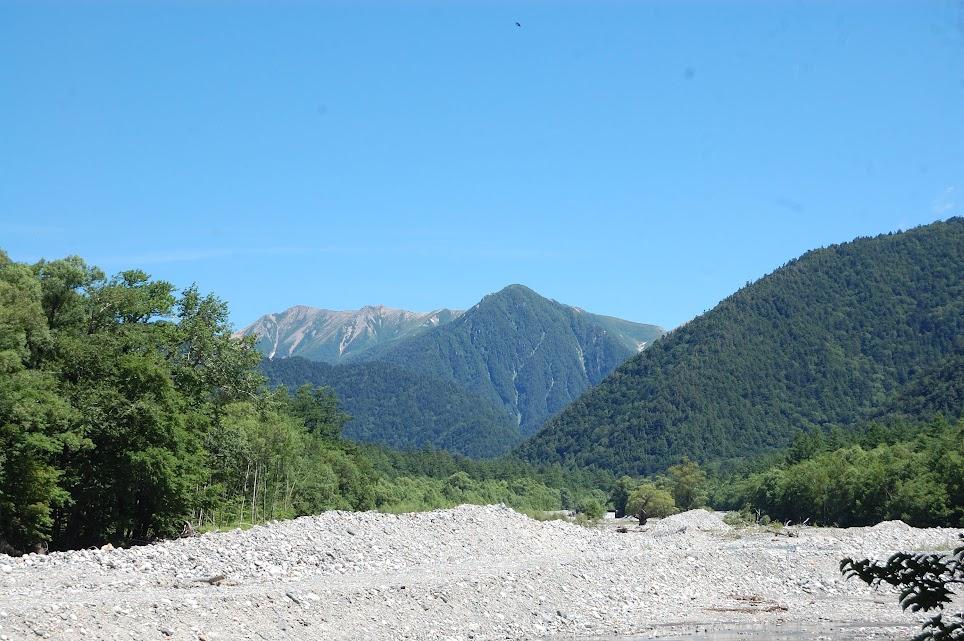 梓川の河原と奥の山
