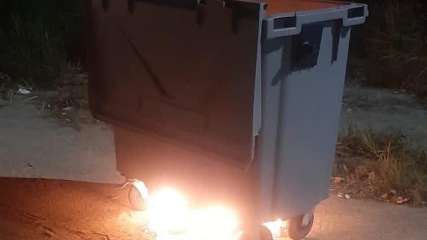 Contenedor incendiado en Olula del Río.