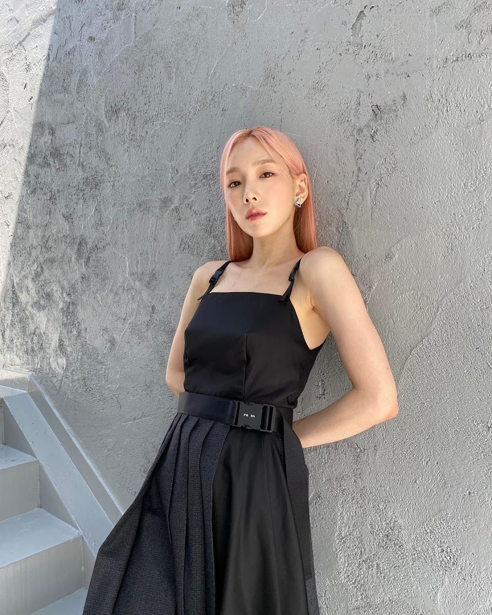 taeyeon by a wall