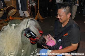 Photo: 【平成23年(2011) 宵宮】  獅子が子供の頭を噛みいて厄病退散を祈願。