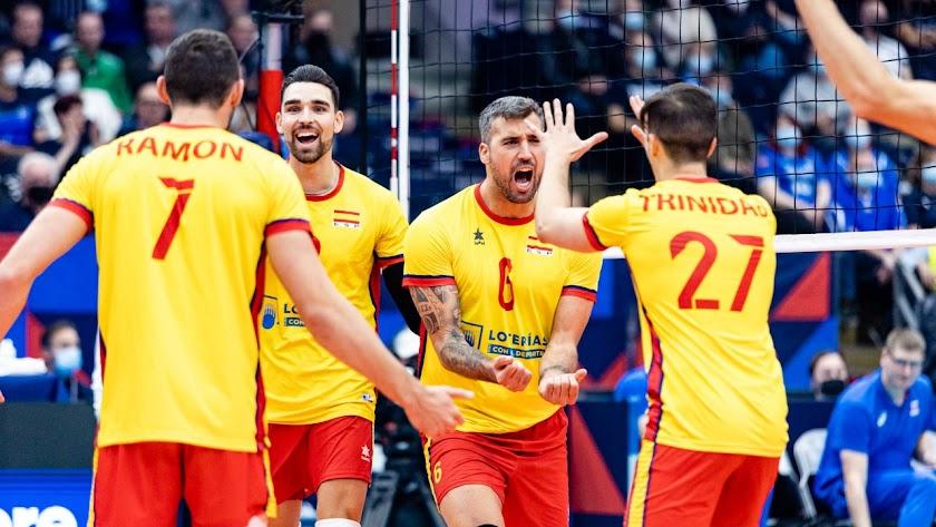 Los jugadores españoles celebrando un punto.