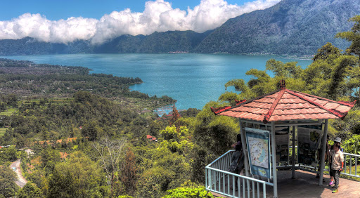 The mountainous region around Kintamani, centering on the spectacular volcanic caldera of Mt. Batur, with its deep crater lake and bubbling hot springs, is rugged with a high and wild beauty.