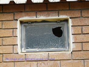 Photo: Jannie, nee ek weet nie of die verf probeer weghardloop het toe die venster gebreek het nie, maar sleg lyk die sleg!