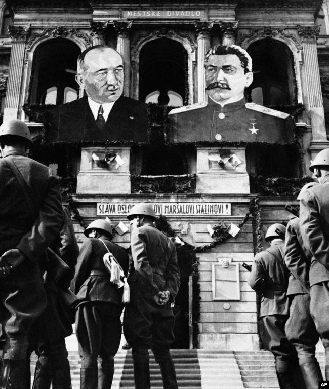 Жители Праги приветствуют советские войска, май 1945 года