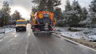El servicio de limpieza actuando en una de las carreteras de la provincia.