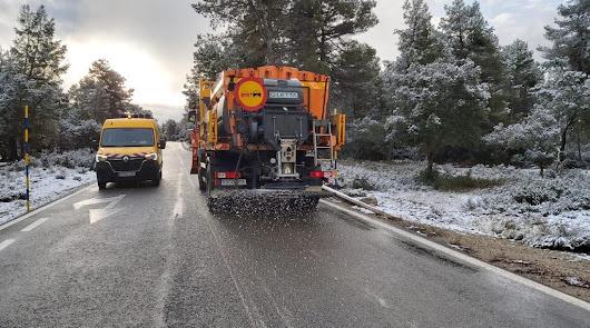 La nieve regresa a la provincia: el servicio de carreteras ya limpia las vías