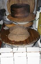 Photo: 03552 土城子/食堂/ユウマイの押し出し麺作り/湯でこねてホーロー床子で押し出し、セイロで蒸す。