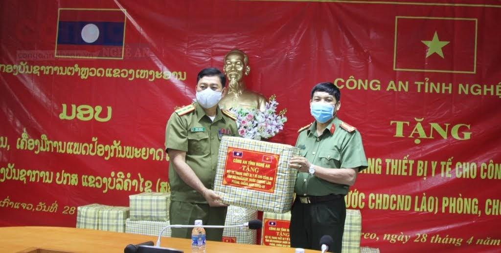 Đại tá Lê Khắc Thuyết, Phó giám đốc Công an  tỉnh Nghệ An trao quà cho Công an tỉnh Bô Ly Khăm Xay.