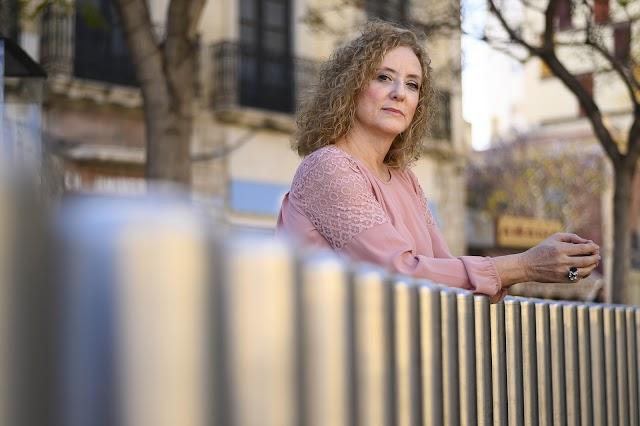 La autora de Tren de Lejanías posa para Juan Sánchez en la Puerta de Purchena