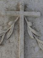 Croix sculptée sur pierre en relief avec décor de brins d'olivier