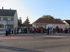 Photo: DDK-ás és nagytúrások várják a buszt Zalatárnok felé.