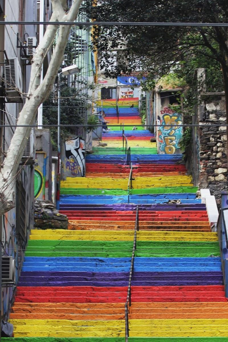 Su e giù per l'arcobaleno di scerda