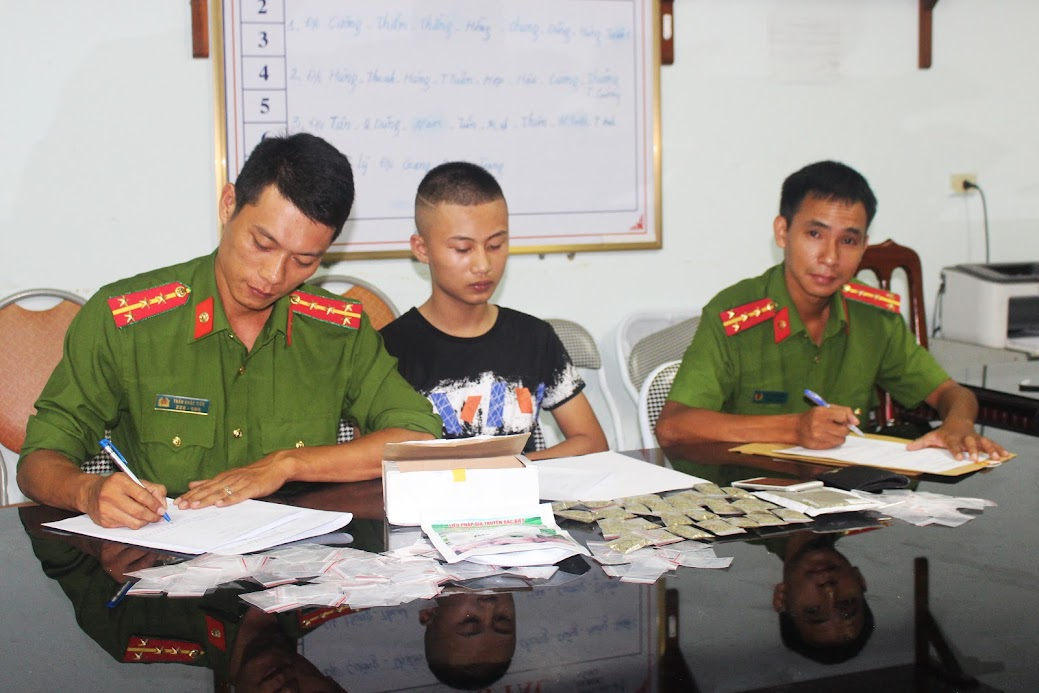 Cần sự phối hợp của các cấp, ngành để ngăn chặn vi phạm pháp luật trong thanh, thiếu niên (Trong ảnh: Phòng Cảnh sát QLHC về TTXH Công an tỉnh bắt đối tượng vi phạm)