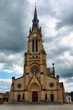 Photo: Hier auf der rechten Spitze der Kirche in Douzy haben Störche ihr Nest gebaut.