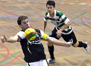 Photo: Rui Ferreira domina a bola perante o olhar de um atleta do Sporting