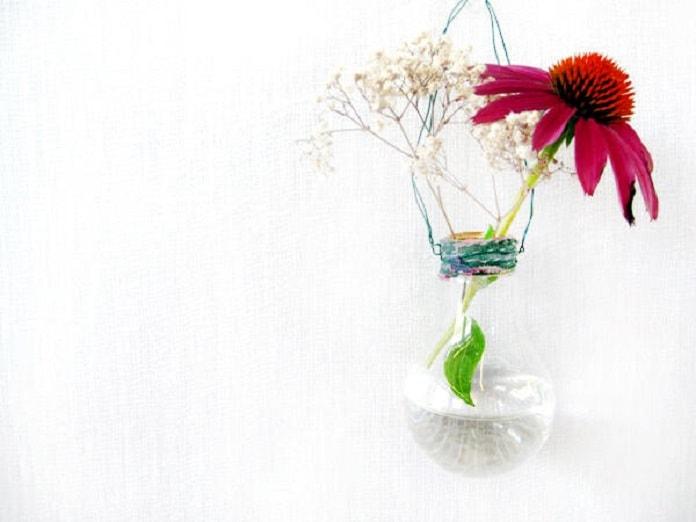 florero-macetero-bombilla-decorar-jardin-materiales-reciclados
