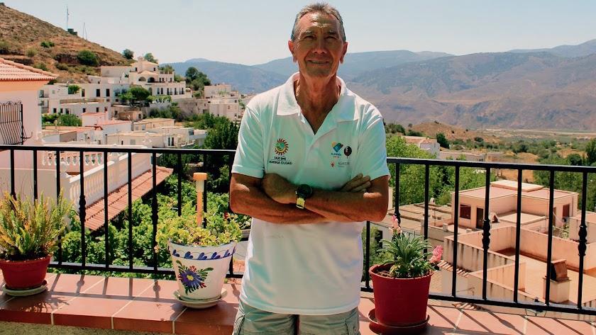 Rafael barranco  es el único concejal de la oposición en el ayuntamiento del pueblo donde nació, Beires.