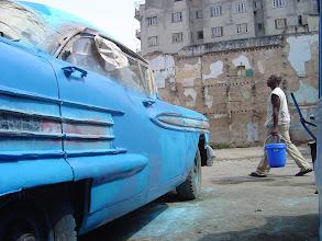 Photo: painting a blue car, havana. Tracey Eaton photo.