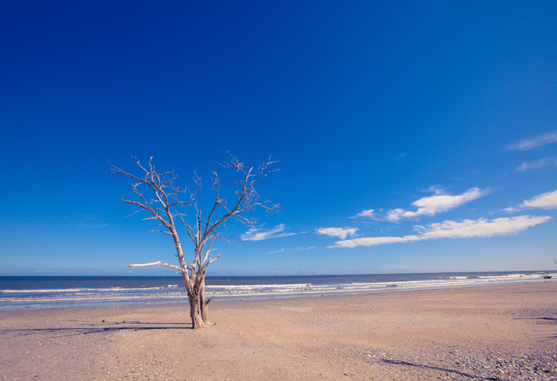 Photo: Probably one of my favorite from this beach. It's just empty, simple, quiet.  I think it's because it reminds me of a painting by my favorite artist Michael Whelan :)  This place would have been served even better by a 14mm perhaps - it's just begging for it. Perhaps next year.
