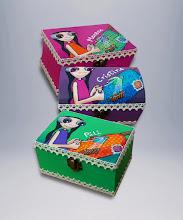 Photo: Caja de madera Modelo Bolillos (14x10 de base, 8 cm de altura) Pintada a mano en acrílico, barnizada posteriormente. Decoradas con puntilla de bolillos. Interior en madera natural. Base forrada con terciopelo adhesivo. Hago mas por encargo. El modelo de caja (dimensiones, forma..) puede variar, consultar.