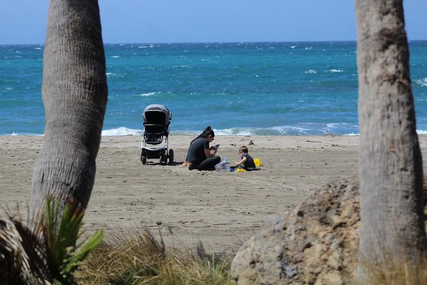 Jugando en la arena de la playa.