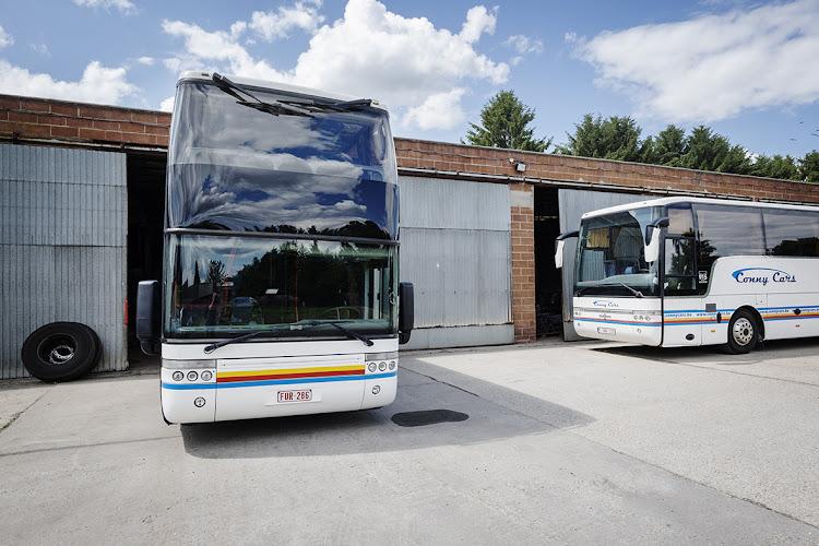 2 bussen op terrein van het bedrijf