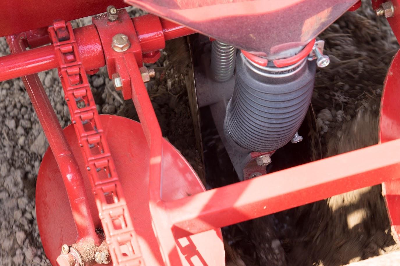 溝に肥料が撒かれ、次のディスクで覆土されま