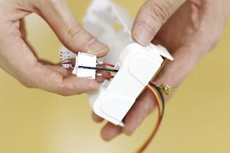 Photo: コネクタと同様に電極も通します。
