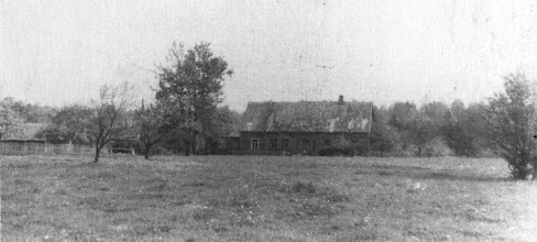 Photo: J.Stonkaus sodyba. 1945-46 m. - pradinė mokykla. Fotografavo 1966 m. mokyklos fotobūrelį lankę mokiniai, vadovaujami Vytauto Palenskio. Nuotrauka iš mokyklos archyvo