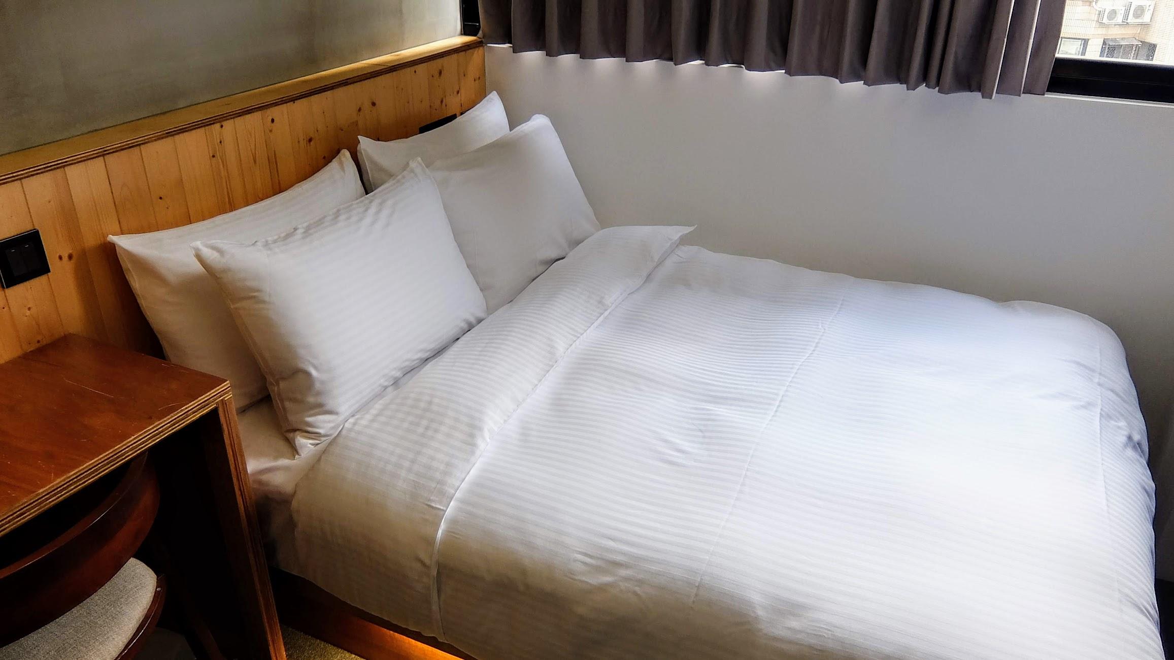 這是我們這次住的房間,看起來是雙人床,但因為我們發現單人床比較小,決定加大床行,就是長這樣子...外頭有窗戶可以看到外頭的....高樓大廈