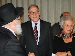 Photo: Opperrabbijn Jacobs met de heer en mevrouw Hene (nabestaanden van de families Van Straten).