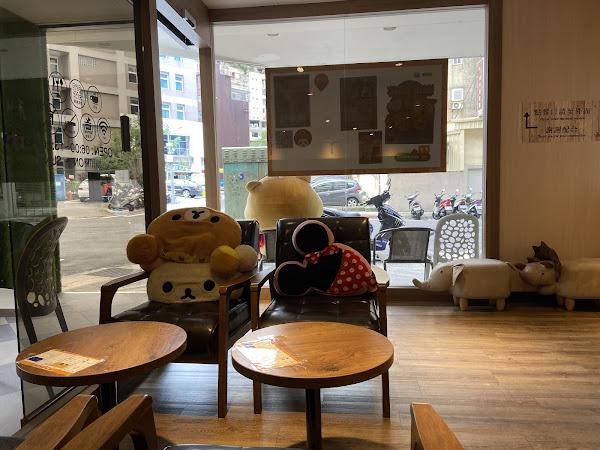 悠閒的早午餐店 蘑菇鐵板麵3號套餐+鮮奶茶100$ 鮮奶茶上有綿綿的奶泡 紅茶味偏多 喜歡茶香奶茶的可以點喔~