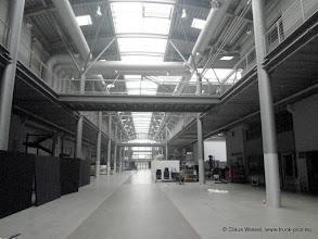 """Photo: Die """"Mall"""" mit Blick auf den Haupteingang der Studios, vor dem auch schon mal der rote Teppich ausgerollt wird. Rechts und links sind jeweils die Eingänge der Studios. Ganz unten rechts ist das Studio 30/31, wo der Comedypreis verliehen wird."""