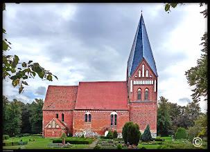 Photo: Dorfkirche Dreveskirchen aus dem 13. Jahrhundert. Der Kirchturm diente den Schiffern auf der Ostsee über Generationen als Seezeichen.  Diebe raubten in den letzten Jahren eine historische Ritterrüstung, zwei große Kronleuchter, zwei Kerzenständer und ein Kruzifix.