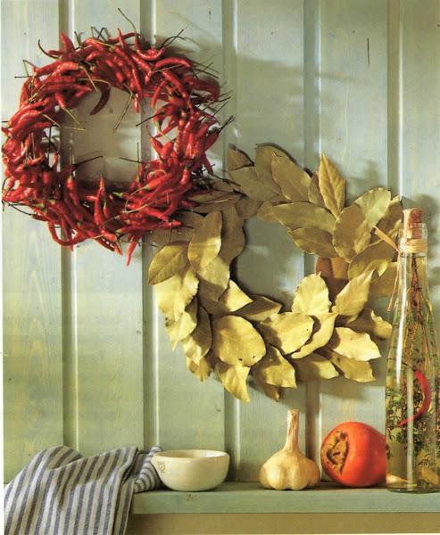 Photo: Coronas aromáticas. Unas coronas de pimientos y de hojas secas de castaño o laurel, colgadas en la cocina quedan preciosas. Pueden secarse de forma natural en un lugar cálido y ventilado.