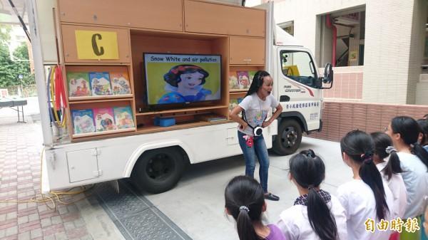 台南市兒童文學月行動英語車融入童話和環保議題。(記者楊金城攝)