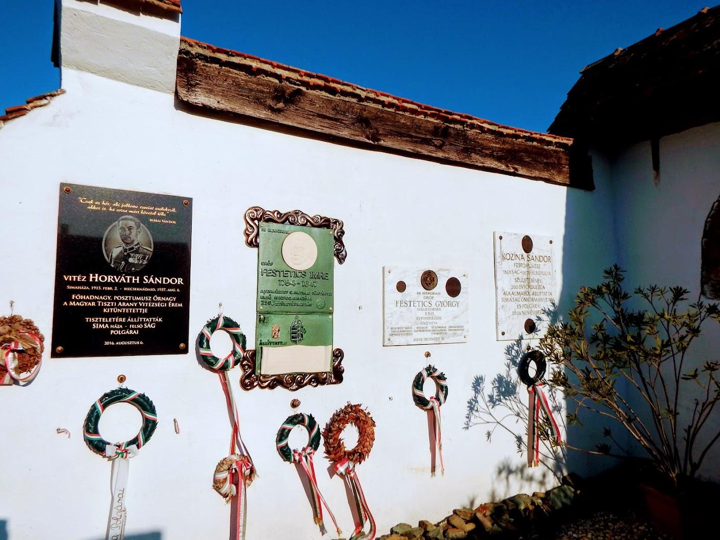 Simaság - emlékfal és feszület a temetőben