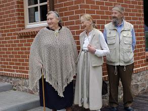 Photo: Seni bičiuliai – Bitėnų kaimo žinuonė ir auksarankė Zofija Zubrickienė, vilnietė Onė Šeštokienė ir šiaulietis Antanas Stungurys.