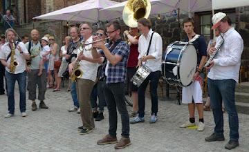 Photo: Fr.v. David Bäck sax, Joakim Rolandsson sax, ..., Tobe Stenson sax, Christian Nilsson (solglas) trumma, Samuel Olsson trumpet, Sverker Stenbäcken trumma, ..., Matti Ollikainen blåsklaviatur (!)