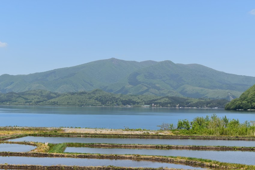 田沢湖と、湖岸の水田