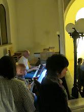 Photo: Keyboard, Gitarre und ein kleiner Chor unter Leitung von Beate Kokits animierten die BesucherInnen zum Mitsingen.