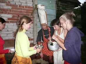 """Photo: Kuchař Džejný Olivier vydává k večeři pokrm """"Žítkovský Staňa"""""""